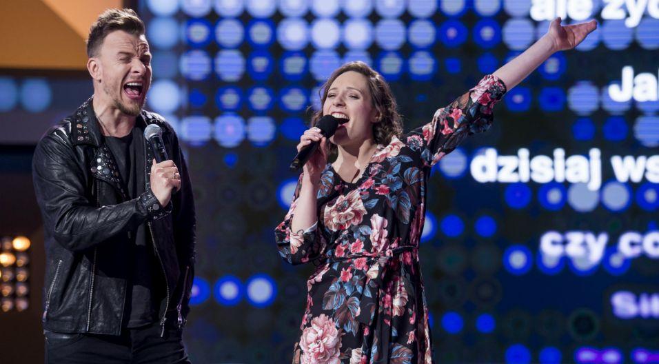 W finale odcinka, zwyciężczyni wspólnie z zespołem, jeszcze raz wykonała piosenkę, która przyniosła jej wygraną. Energetyczny duet porwał publiczność w studiu (fot. TVP)