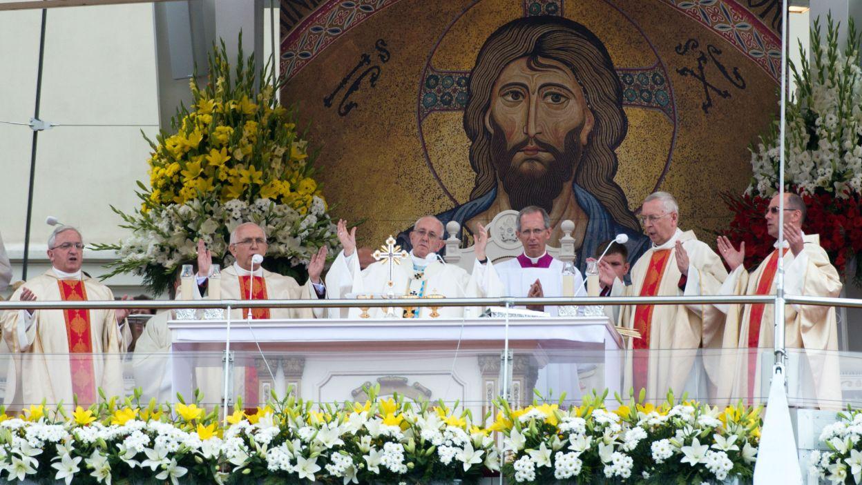 Ołtarz na jasnogórskich błoniach (fot. PAP)