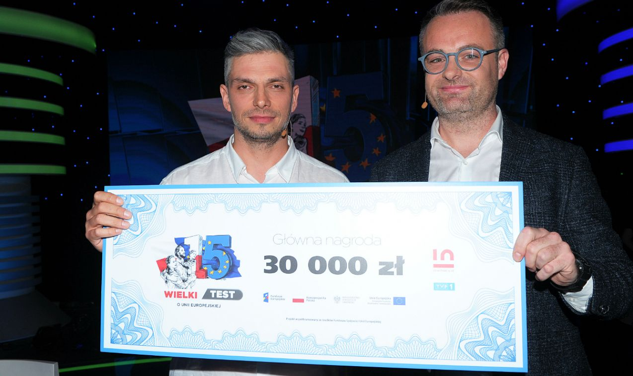 Nagrodę główną zdobyli Michał Sitarski i Ruairi O'Neil. Czek na kwotę 30 tysięcy złotych został przeznaczony dla Fundacji Domowe Hospicjum Dziecięce Promyczek (fot. Natasza Młudzik/TVP)