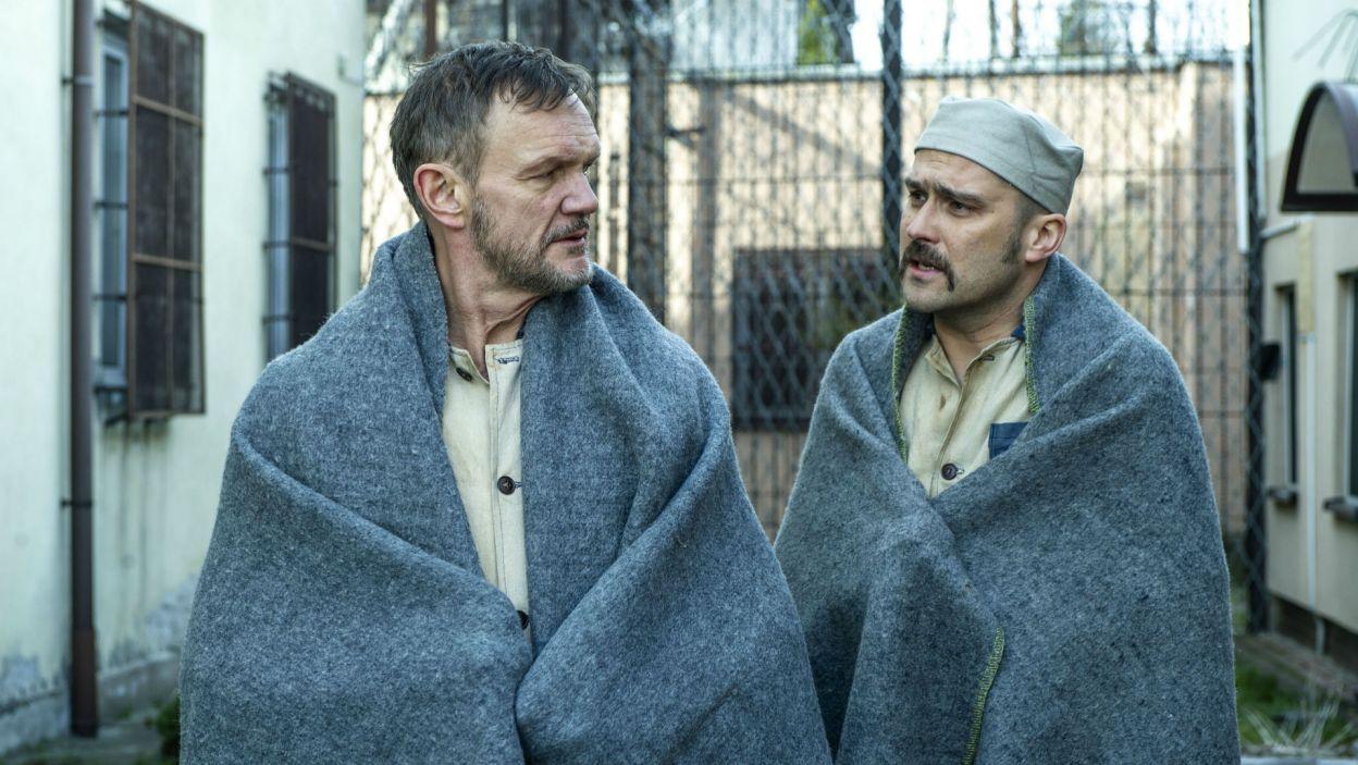Kuźma i Oleś, bohaterowie sztuki Janusza Krasińskiego, to dwaj skazańcy oczekujący w celi śmierci na wykonanie wyroku (fot. Natasza Młudzik)