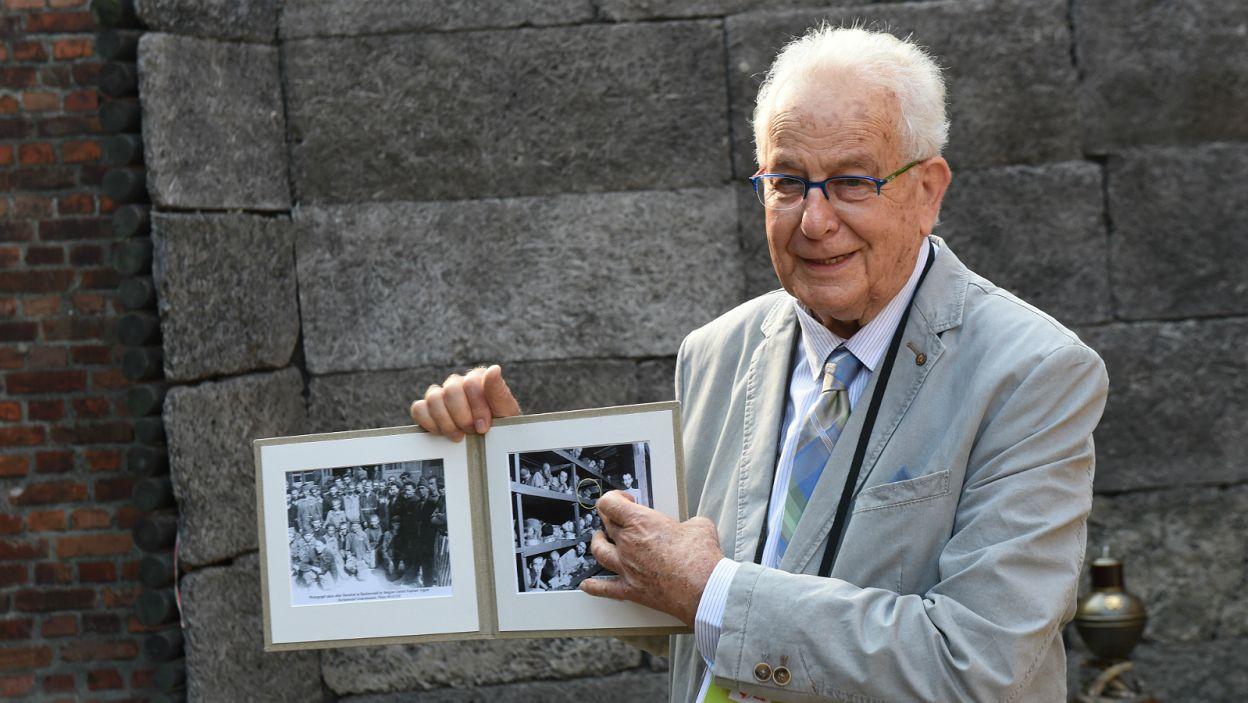 Były więzień obozu w Auschwitz, Naftali Fuerst, pokazuje swoje zdjęcie (fot. PAP)
