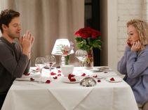 A jednak! Dwójka konspiratorów doprowadza do spotkania pary zakochanych w romantycznej restauracji (fot. TVP)