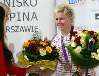 Anita Włodarczyk odbiera kwiaty. Polka zdobyła srebrny medal w rzucie młotem (fot. PAP/Leszek Szymański)