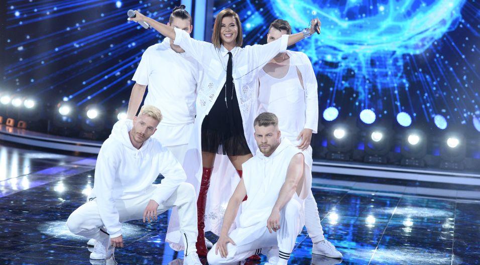 """Efektowny występ zapewniła widzom Edyta Górniak, wraz z grupą taneczną zaprezentowała utwór """"Andromeda"""" (fot. J. Bogacz/TVP)"""