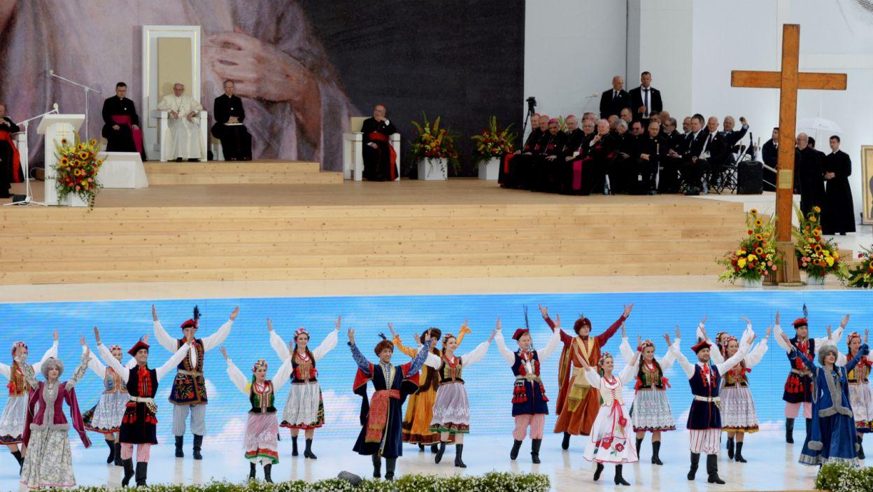 Tradcyjny taniec miał pokazać polską gościnność... (fot. PAP)