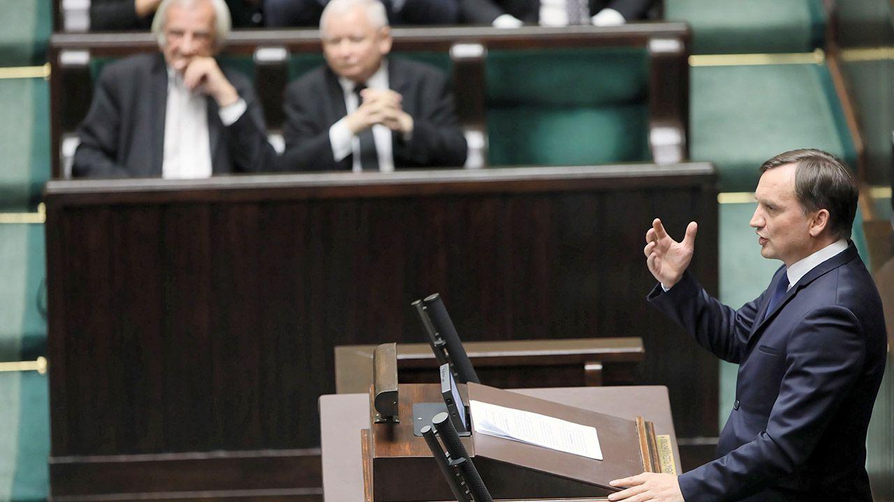 Minister sprawiedliwości Zbigniew Ziobro przemawia w Sejmie, wieczorem 11 bm. (fot. PAP/Leszek Szymański)