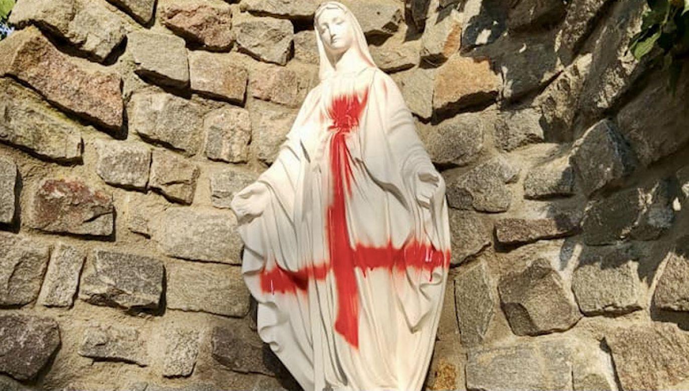 Profanacja figury przed szczecińskim kościołem (fot. FB/ Parafia pw. Matki Bożej Jasnogórskiej w Szczecinie)