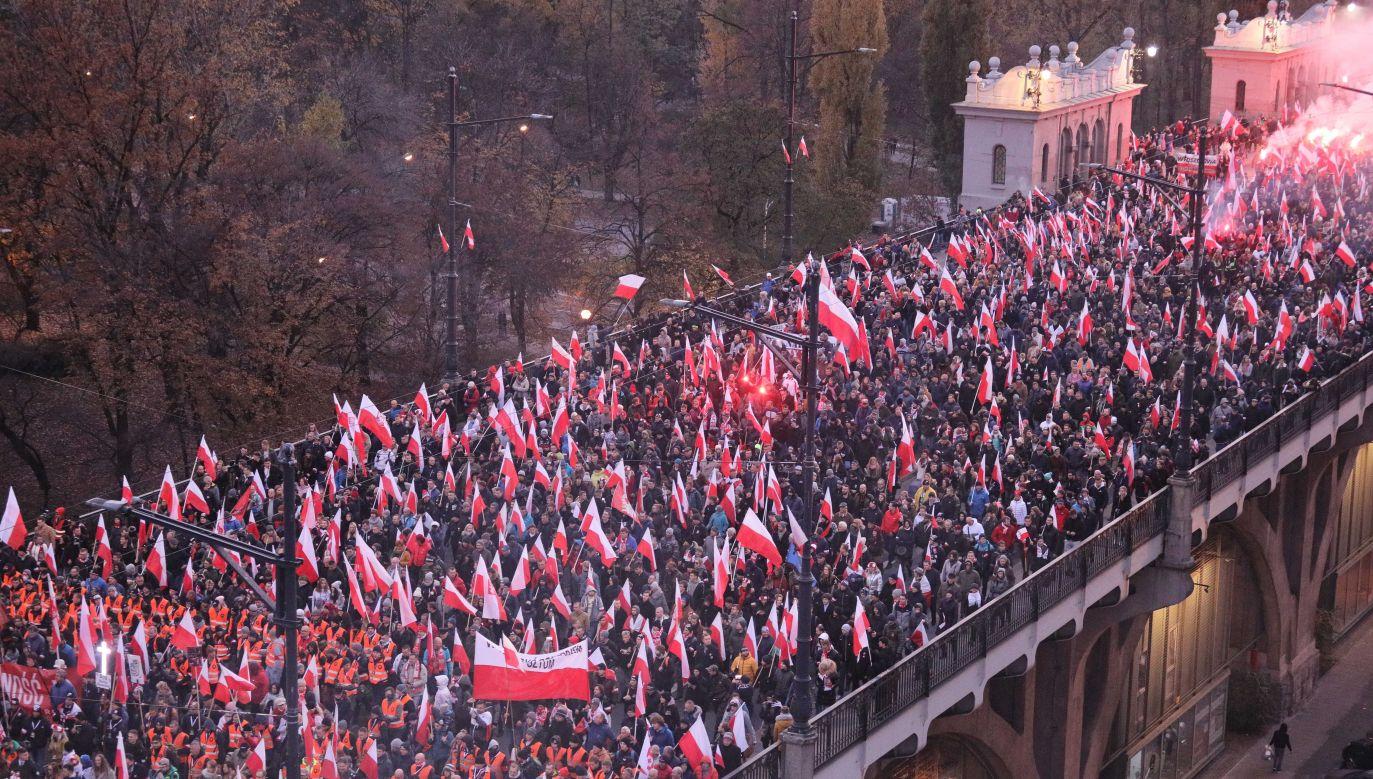Demonstrujący przeszli z ronda Dmowskiego na błonia przy Stadionie Narodowym (fot. PAP/Paweł Supernak)
