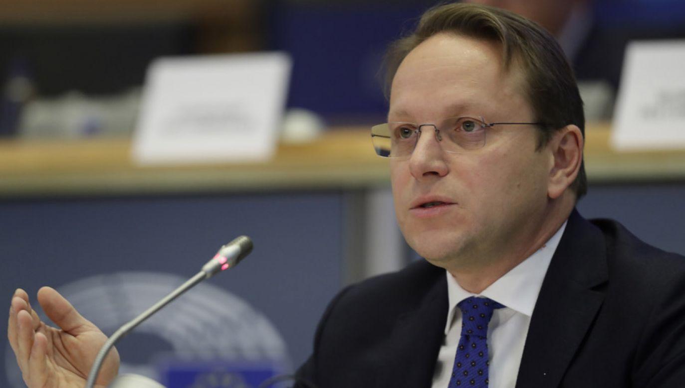 Oliver Varhelyi nie dostał zielonego światła od komisji spraw zagranicznych PE (fot. PAP/EPA/OLIVIER HOSLET)