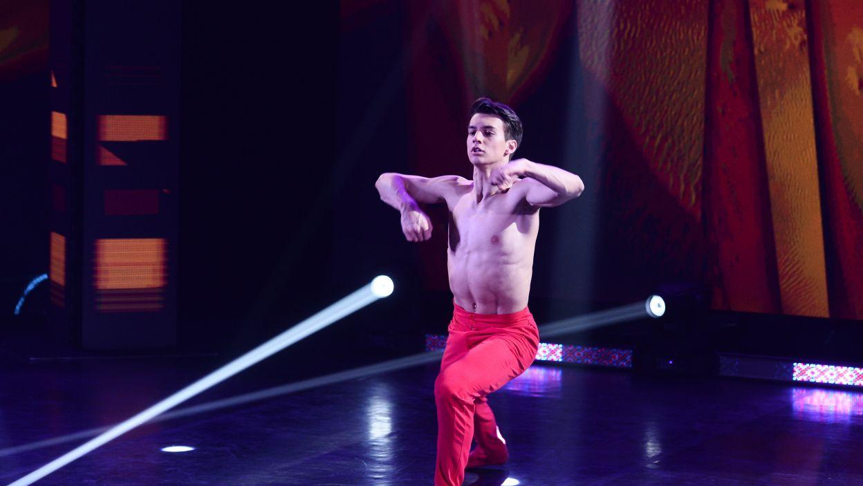 19-letni Szymon uczy się w Caro Dance Company. Jest tancerzem specjalizującym się w stylu modern i jazz. Trenuje akrobatykę (fot. TVP/Jan Bogacz)