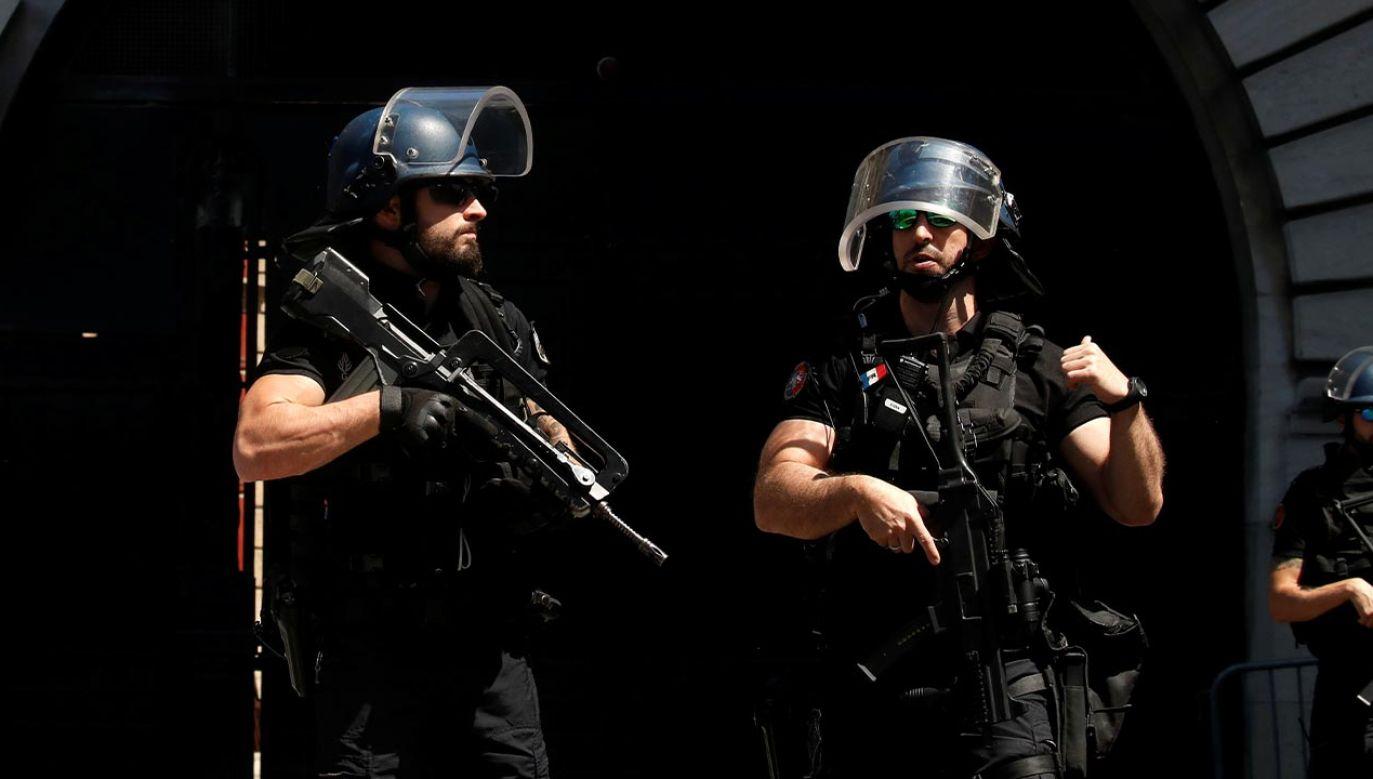 Funkcjonariusze jednostek specjalnych policji zatrzymali mężczyznę, który zaatakował nożem bezdomnego w Lyonie (fot.  REUTERS/Gonzalo Fuentes)