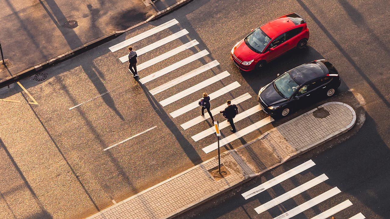 Obecnie, według badań, kierowcy nie zatrzymują się, aby pieszy mógł bezpiecznie przejść przez jezdnię (fot. Shutterstock/ALEXANDER V EVSTAFYEV)