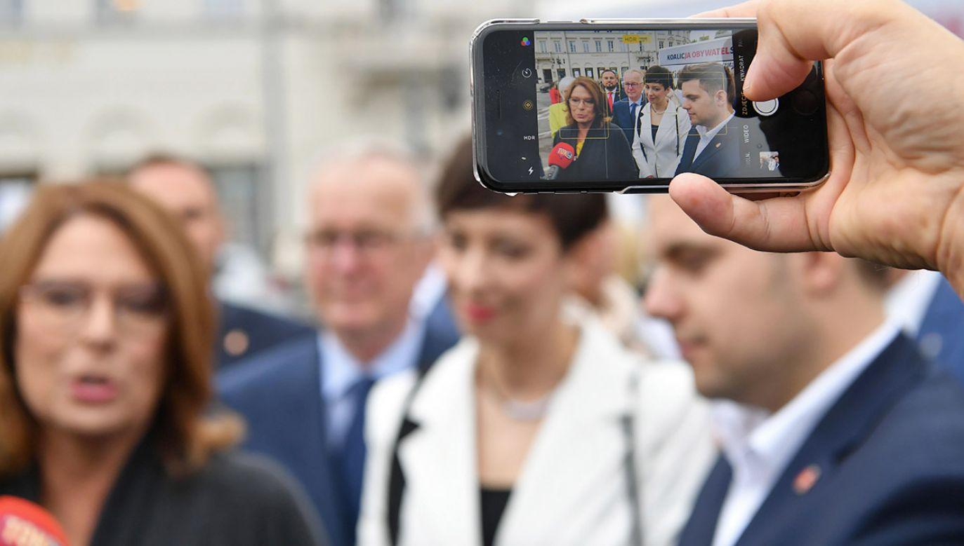"""W jednym z pierwszych spotkań pod hasłem """"Silni razem"""" w poniedziałek pod Sejmem mają wziąć udział m.in. posłowie KO Krzysztof Brejza i Adam Szłapka (fot. PAP/Piotr Nowak)"""