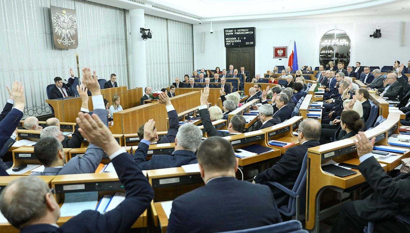 Zdaniem wicepremiera Jarosława Gowina do okrągłego stołu trzeba zasiąść bezwarunkowo (fot. PAP/Rafał Guz)
