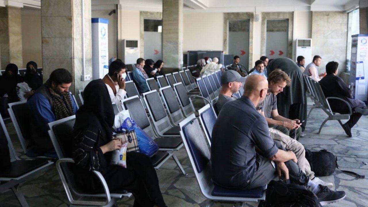 Oczekujący na lotnisku w Kabulu (zdjęcie ilustracyjne)(fot. Bilal Guler/Anadolu Agency via Getty Images)
