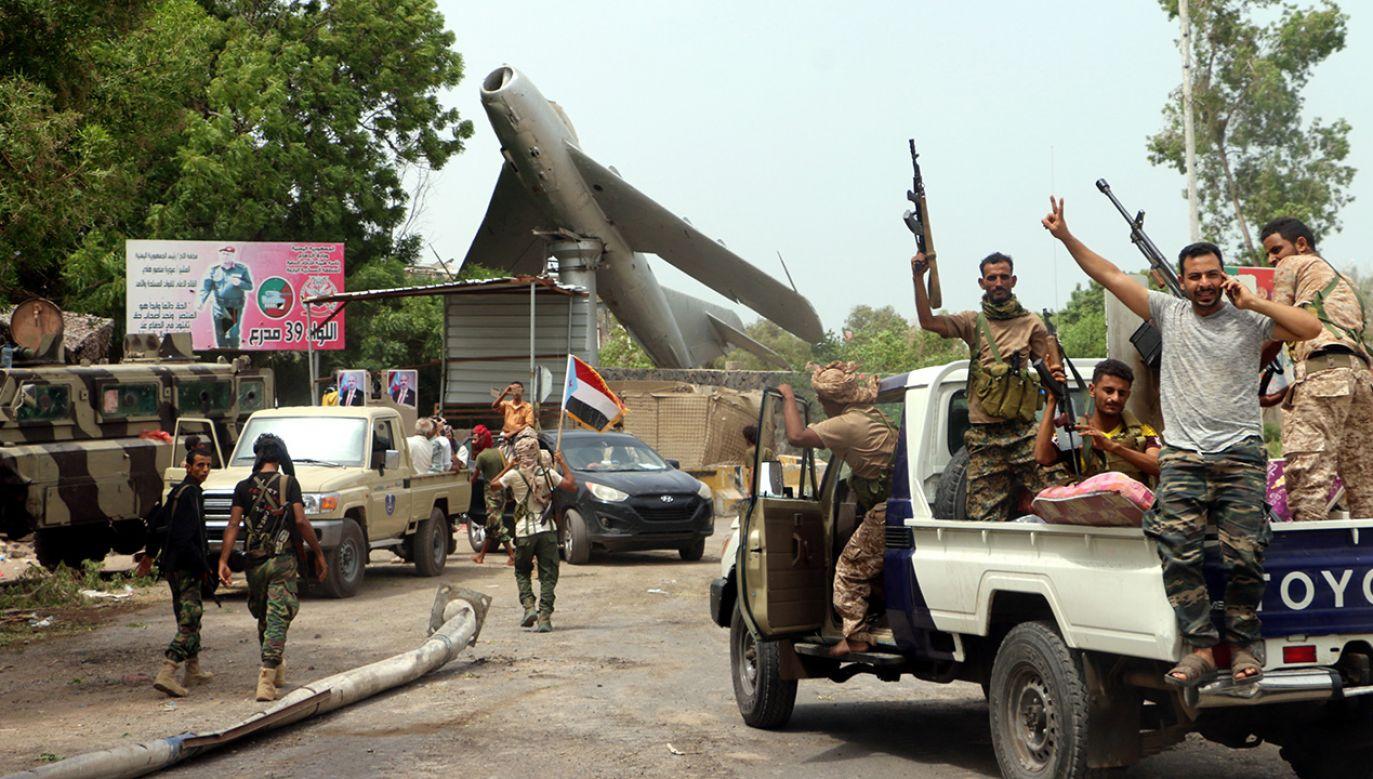 Grupa uzbrojonych południowojemeńskich separatystów (fot. PAP/EPA/NAJEEB ALMAHBOOBI)