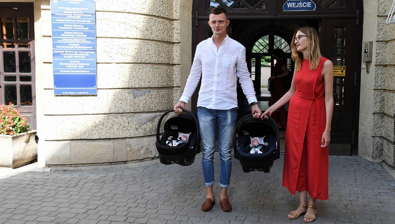 Rodzice sześcioraczków Klaudia Marzec i Szymon Marzec wychodzą ze szpitala z Tymonem i Filipem (fot. PAP/Jacek Bednarczyk)