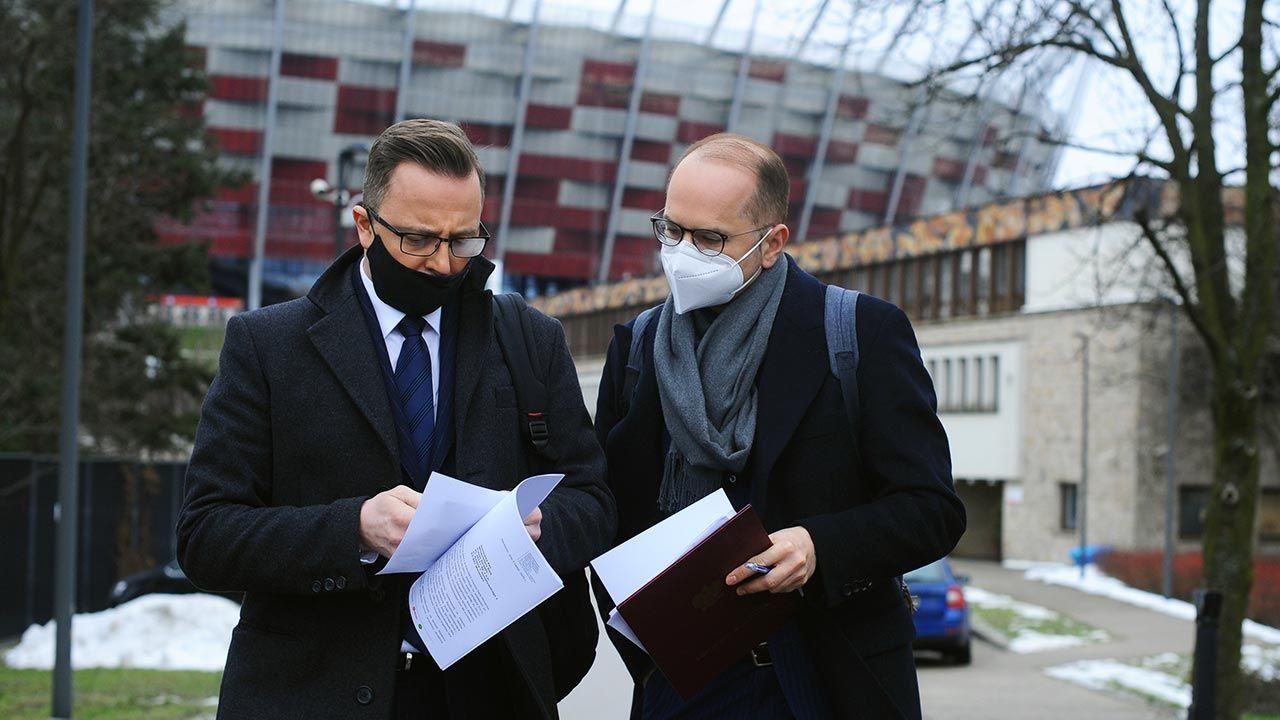 Dariusz Joński i Michał Szczerba przed szpitalem tymczasowym na Stadionie Narodowym (fot. Forum/Adam Chelstowski)