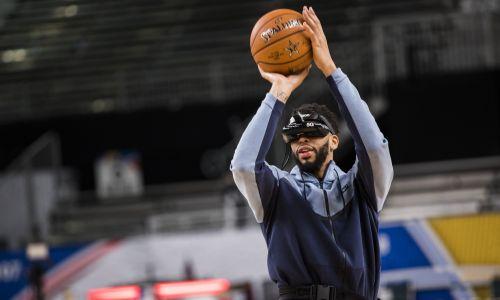 Kalifornia, 17 lutego 2018 r.   Amerykański koszykarz Anthony Davis demonstruje działanie zestawu wirtualnej rzeczywistości Verizon 5G w czasie weekendu gwiazd NBA w Convention Center w Los Angeles. Fot. Philip Pacheco / Anadolu Agency / Getty Images