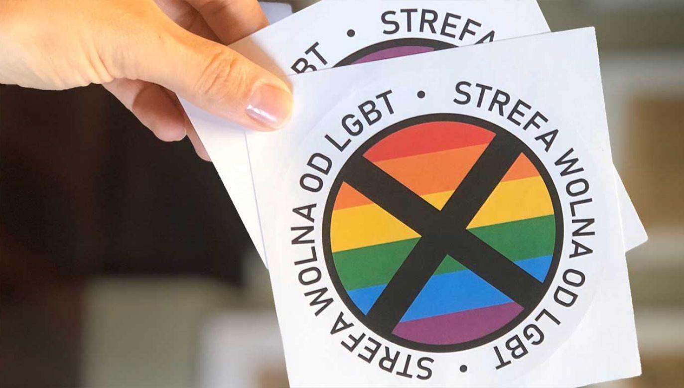 """Centrum Monitoringu Wolności Prasy SDP wydało oświadczenie ws. naklejek """"strefa wolna od LGBT"""" (fot. TT/Gazeta Polska)"""