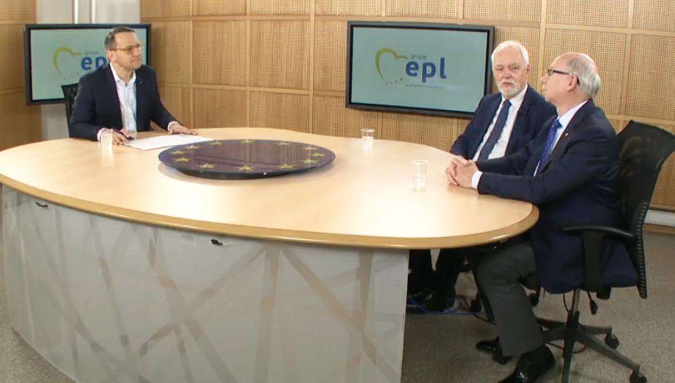 Radosław Sikorski podczas internetowej debaty z innymi europosłami PO – Janem Olbrychtem i Januszem Lewandowskim (fot. Facebook/Radosław Sikorski)