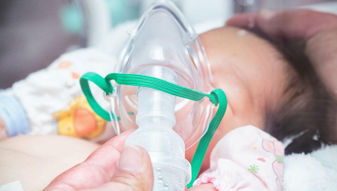 Dziecku obniżono temperaturę ciała do 33,5 stopni, aby poprawić rokowania co do następstw neurologicznych (fot. Shutterstock/ Praisaeng)