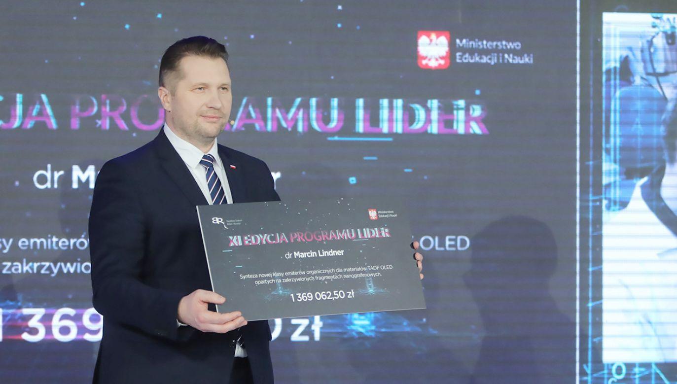 To kolejne krople do tego oceanu wiedzy – ocenił minister Czarnek (fot. PAP/Wojciech Olkuśnik)