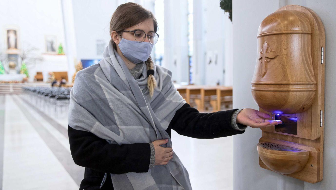 Sanktuarium Bożego Miłosierdzia w Łagiewnikach udostępniło wiernym bezdotykowe kropielnice z wodą święconą, 24 bm. Zostały one zamontowane na dwóch filarach przy wejściu. Fot. PAP/Łukasz Gągulski