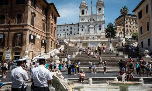 W Rzymie turyści okupowali zwykle Schody Hiszpańskie. W tym roku władze włoskiej stolicy wydały zakaz siadania na nich. Niesubordynowanym grozi mandat w wysokości nawet 400 euro. Fot. Andrea Ronchini/NurPhoto via Getty Images