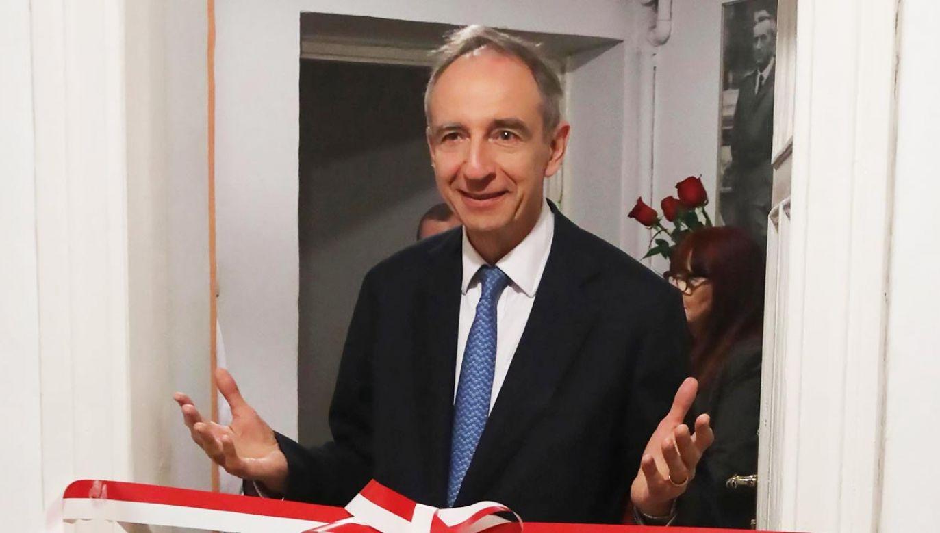Władysław Teofil Bartoszewski (PSL) na otwarciu biura poselskiego (zdjęcie archiwalne; fot. PAP/Wojciech Olkuśnik)