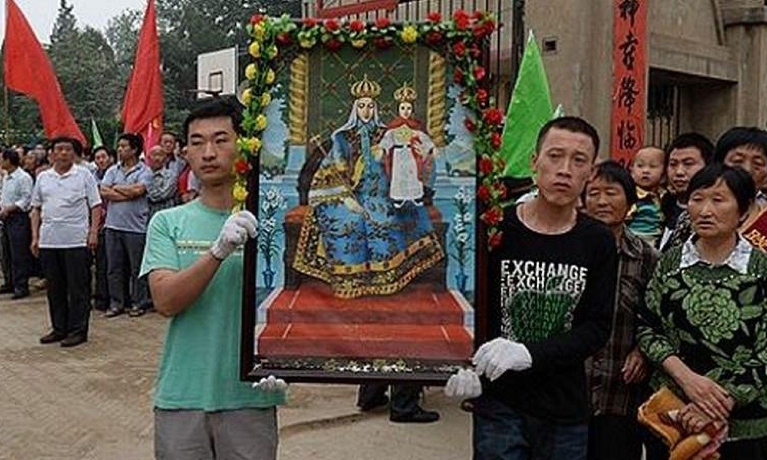 Wierni w Donglu na procesji z kopią obrazu Najświętszej Matki Królowej Chin ( Madonna i Jezus już w strojach europejskijch). Fot. Catholic.org.