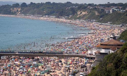 Plaża w brytyjskim Bournemouth, 25 czerwca 2020 roku. Tego dnia w Wielkiej Brytanii odnotowano 1118 nowych zachorowań i 149 śmierci. Ale była też wysoka temperatura, podobna do tej w Polsce: powyżej 30 °. Upał skłonił więc Brytyjczyków do wyjścia na plaże. Fot. Andrew Matthews/PA Images via Getty Images