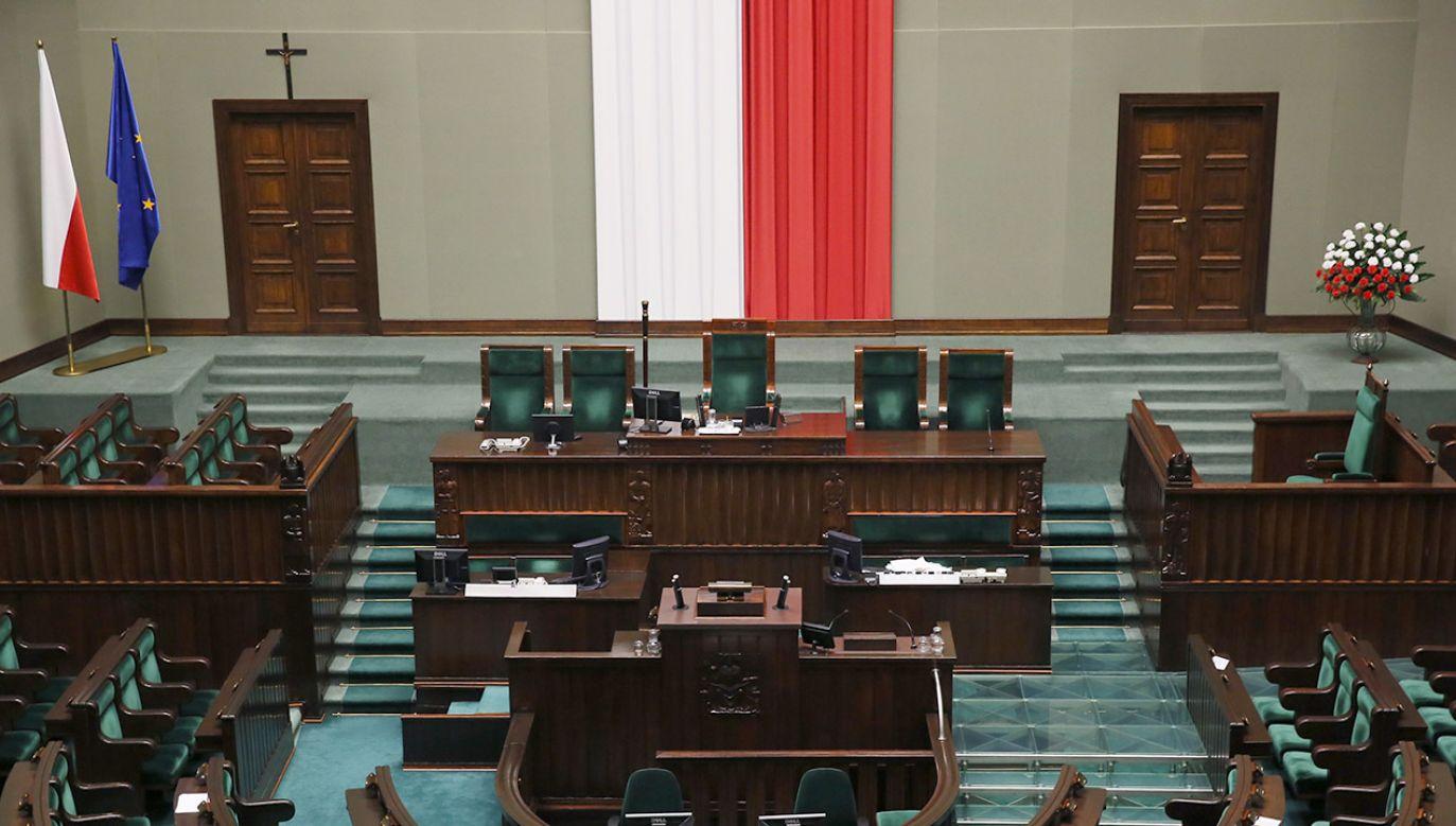 Piotr Müller podczas rozmowy w TVP był pytany, czy z sali sejmowej zniknie krzyż (fot. arch.PAP/Tomasz Gzell)