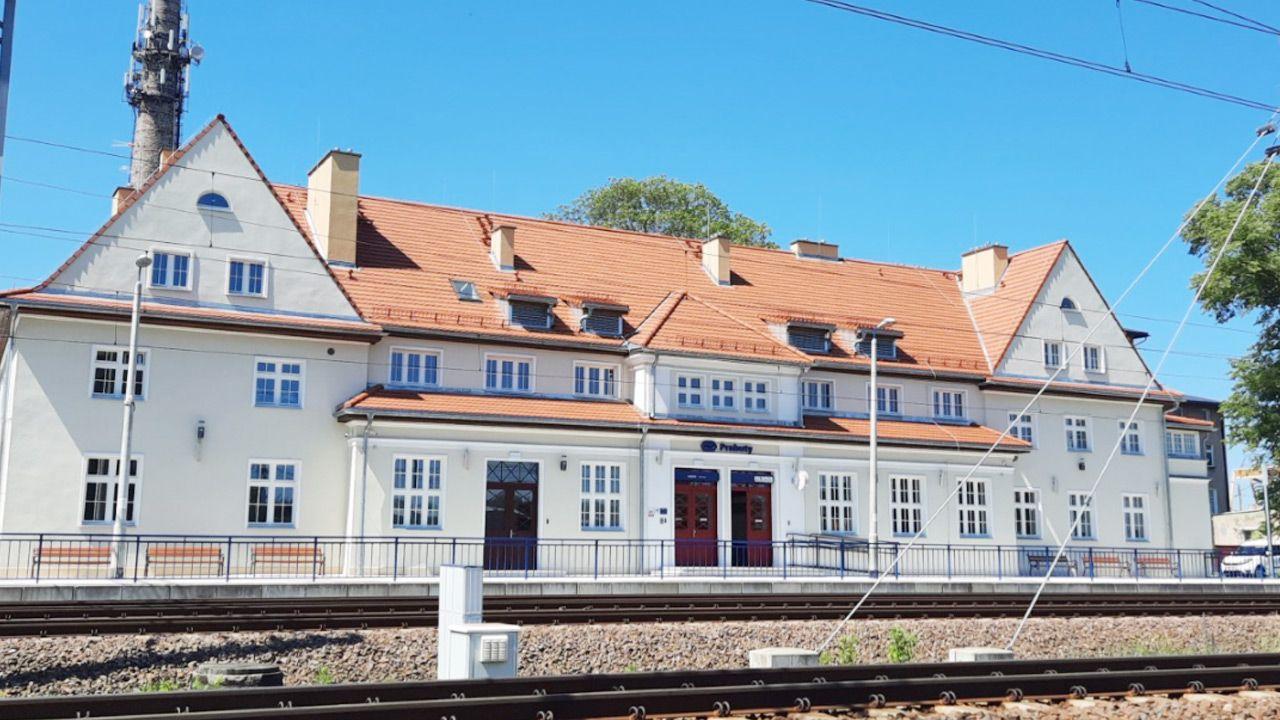 Wzniesiony w latach 20. XX wieku dworzec w Prabutach przeszedł generalny remont (fot. PKP S.A.)