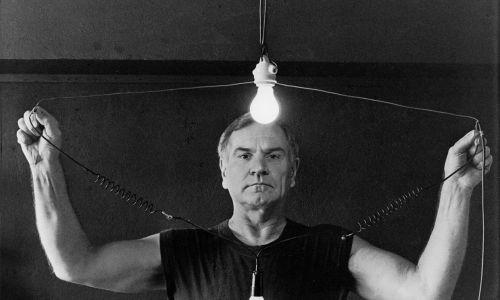 """Portret z akcji """"Jestem elektryczny"""", 1996 r. Fot. Józef Robakowski/Muzeum Sztuki Nowoczesnej w Warszawie"""