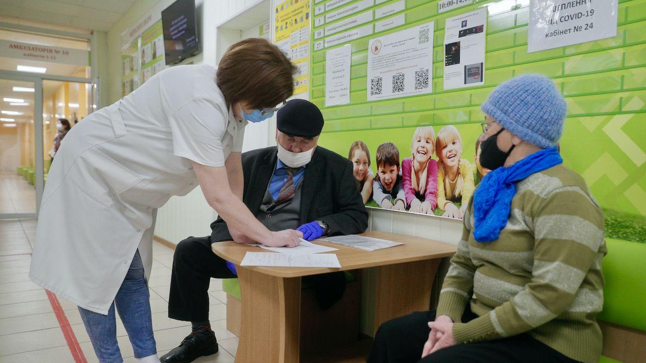 Do szpitali trafiło ponad 97 tysięcy ludzi (fot. PAP/EPA/SERGEY DOLZHENKO)