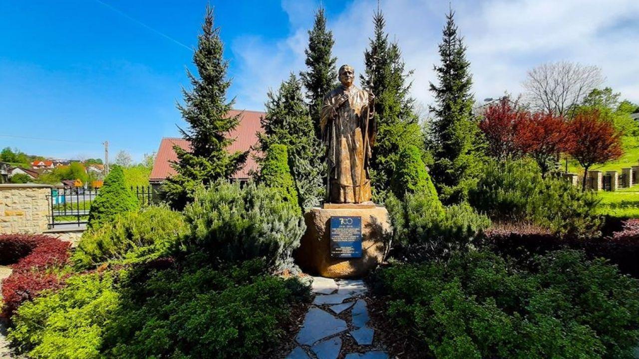 Ścieżka zaprasza do krótkiej wędrówki szlakiem myśli św. Jana Pawła II (fot. FB/Młodzież parafii Rajbrot)