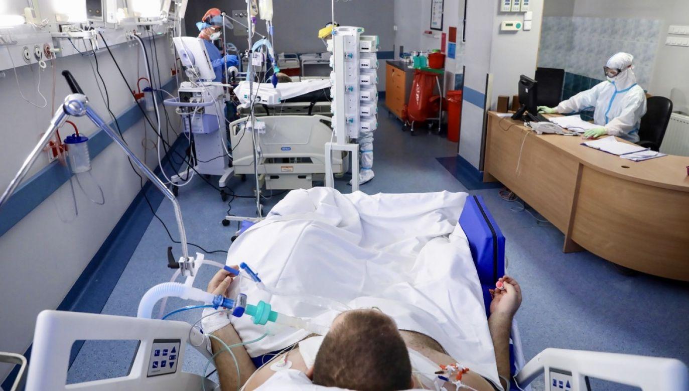 Jedno z nowych rozwiązań to przekształcenie oddziałów internistycznych w szpitalach wojewódzkich na potrzeby walki z koronawirusem (fot. PAP/Leszek Szymański)