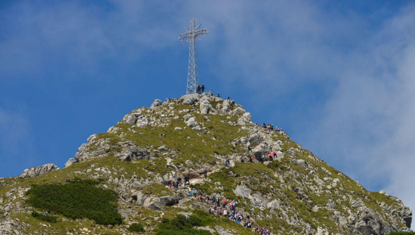 Krzyż na Giewoncie znajduje się od 1901 r. i zdążył już trwale wpisać się w krajobraz okolicy (fot. Schöning/ullstein bild via Getty Images)