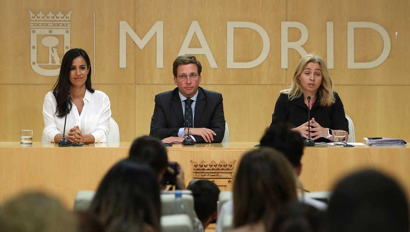 Burmistrz Madrytu Jose Luis Martinez Almeida poparł wywieszenie na Placu Cibeles symboli LGBT (fot. PAP/EPA/J.J. Guillen)