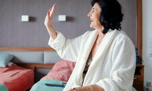 """Uczucia w żadnym wieku nie wolno się wstydzić – podkreśla psychoterapeuta Robert Rutkowski. Na zdjęciu Stenia z Wrześni w 2. odcinku  """"Sanatorium miłości II"""". Fot. TVP"""