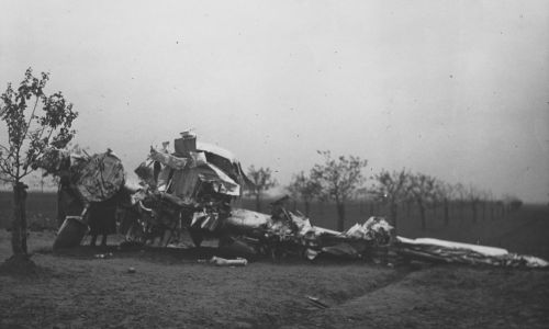 W czasie lądowania samolot zawadził o słupy sieci elektrycznej. Upadł na prawe skrzydło, które zostało zdruzgotane. Części maszyny zostały rozrzucone w promieniu kilkudziesięciu metrów. Fot. NAC/IKC