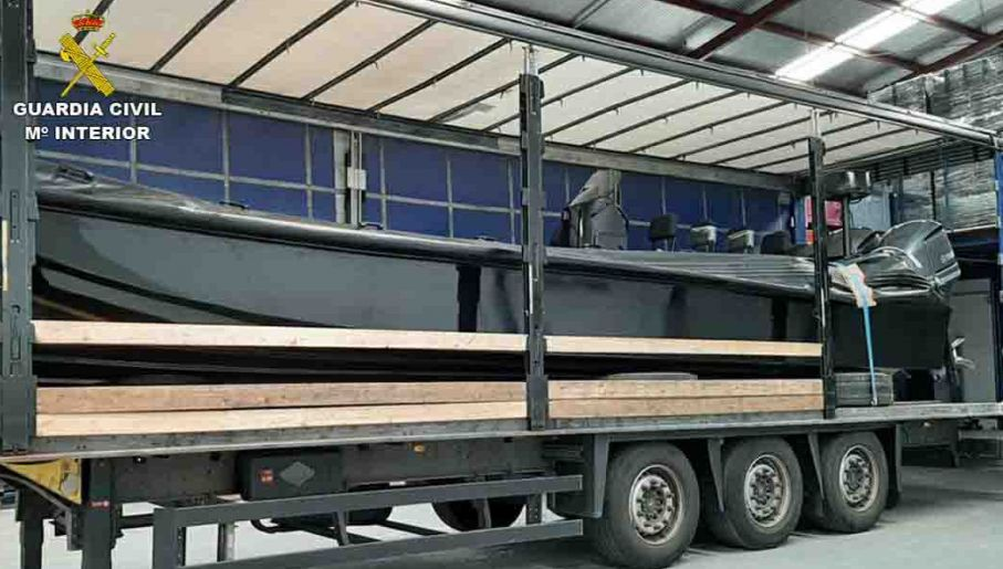 Szybka łódź pontonowa, używana do szybkiego przemytu haszyszu z Maroka do Hiszpanii (fot. Guardia Civil)
