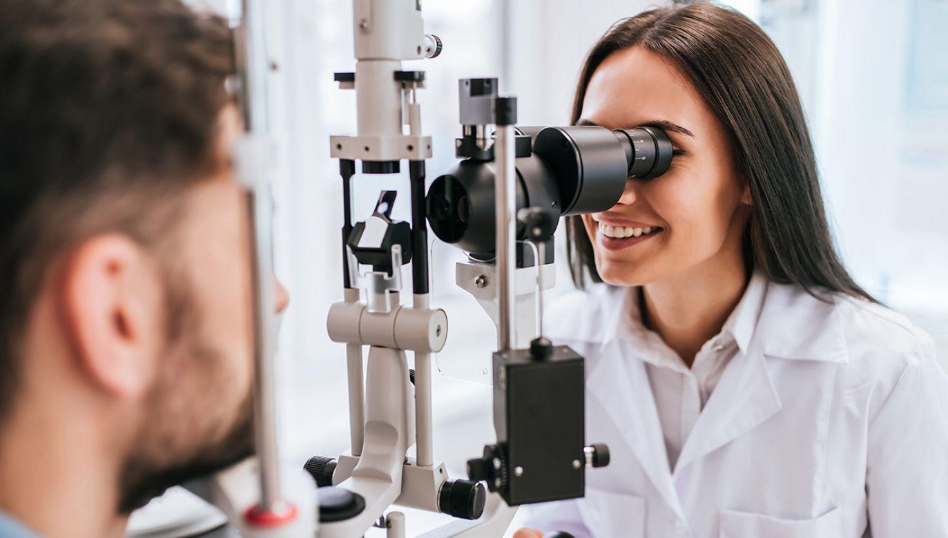Co drugi dorosły Polak nosi okulary, a co czwarty ma problem z przeczytaniem gazety (fot. Shutterstock/4 PM production)