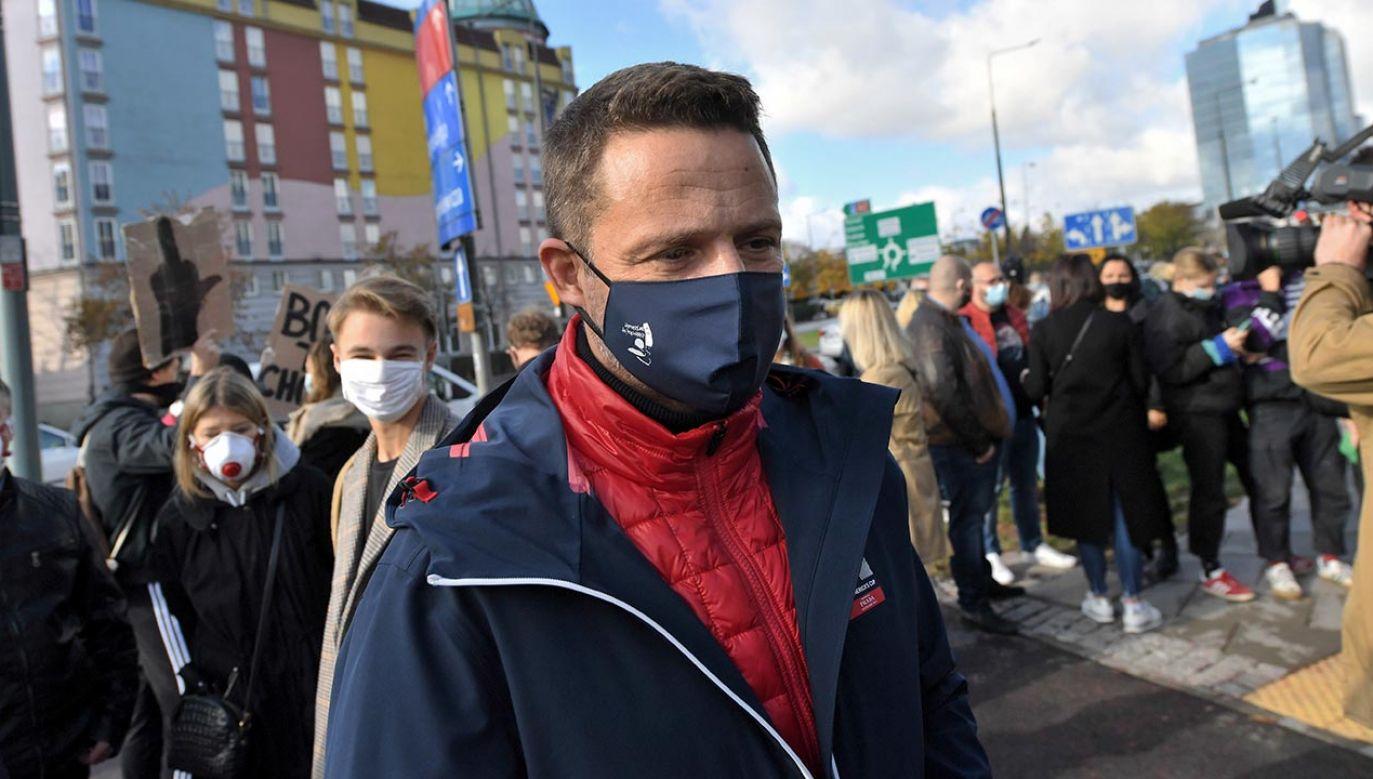 Prezydent Warszawy Rafał Trzaskowski podczas protestu zwolenników aborcji (fot. PAP/Piotr Nowak)