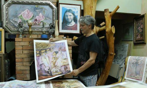 Artysta malarz Igor Gonczarow pochodzi z Czelabińska, dołączył do sekty Wissariona w 2009 roku. Na zdjęciu w swojej pracowni we wsi Pietropawłowka. Fot. Alexander Ryumin\TASS via Getty Images