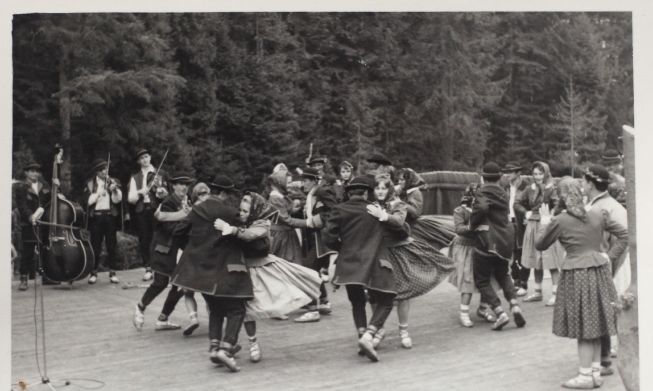 Polka. Dolina Popradu ok. 1966 r. Na skrzypcach grają Eugeniusz Lebdowicz i Mieczysław Łomnicki. Fot. arch. M. Lebdowicz