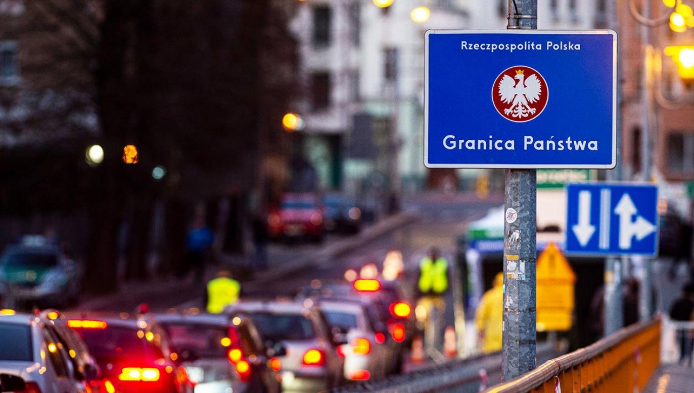 Na przejściach granicznych od rana tworzyły się korki (fot. Florian Gaertner/Photothek via Getty Images)