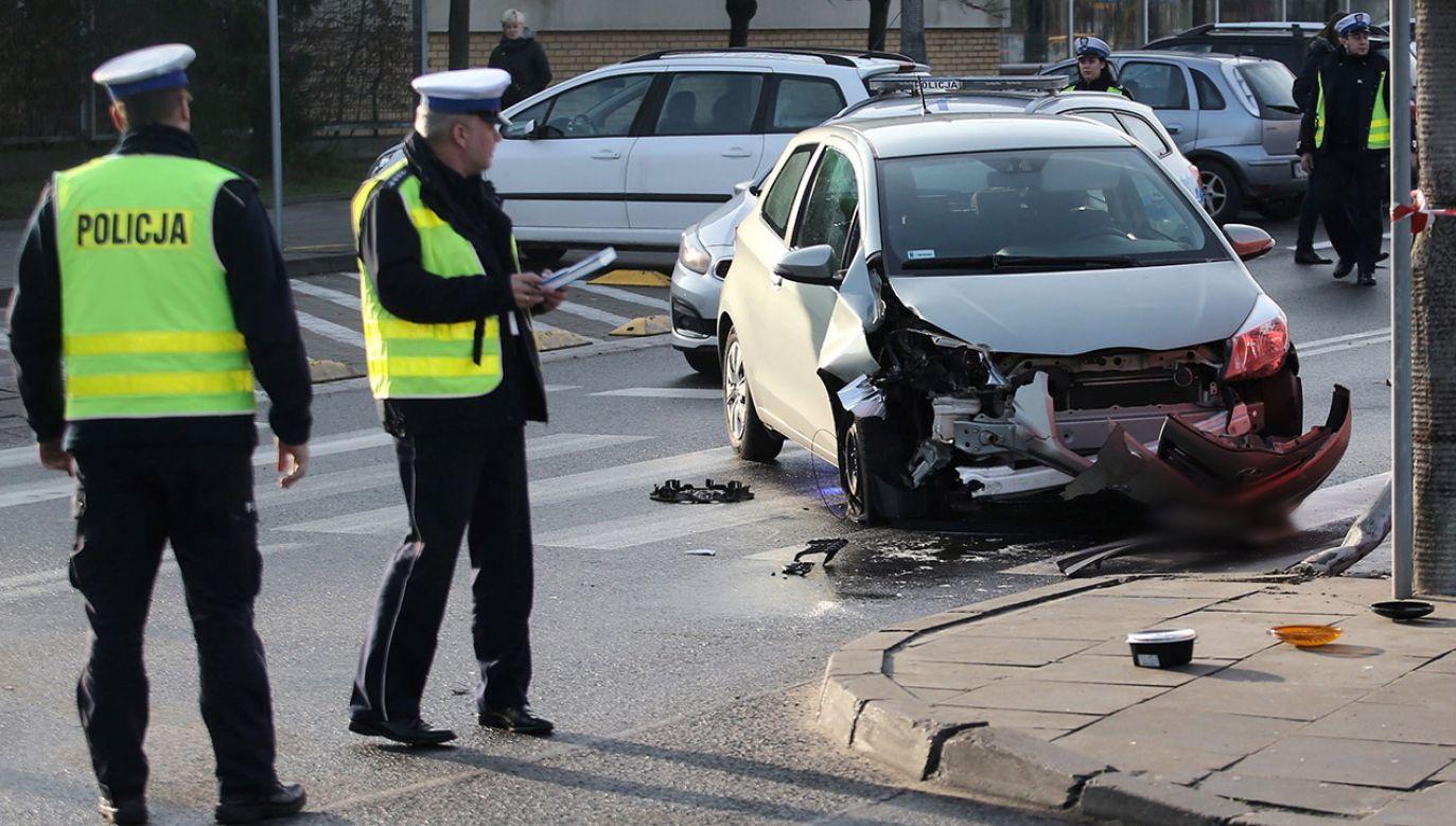 Według wstępnych danych policji, wśród wszystkich uczestników ruchu drogowego w ub. r. zginęły 2904 osoby (fot. PAP/Piotr Augustyniak)