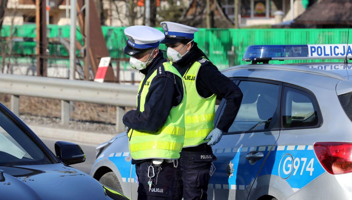 Policja będzie prowadziła więcej kontroli w związku z epidemią, do patroli policyjnych mogą zostać dołączeni żołnierze (fot. arch. PAP / Grzegorz Momot)